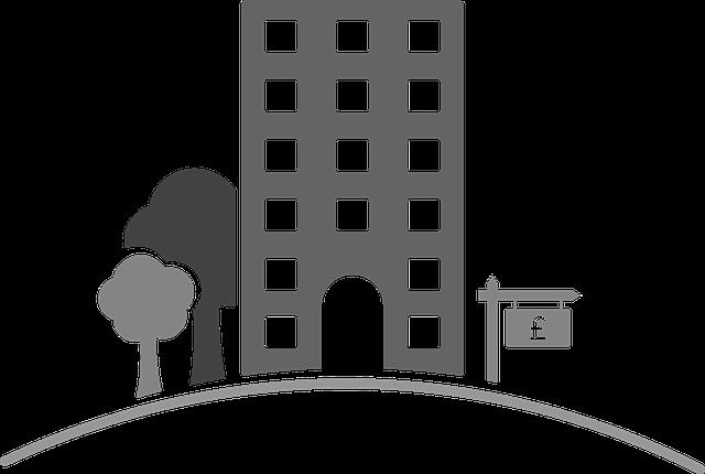 vysoký dům, stromy, cedulka