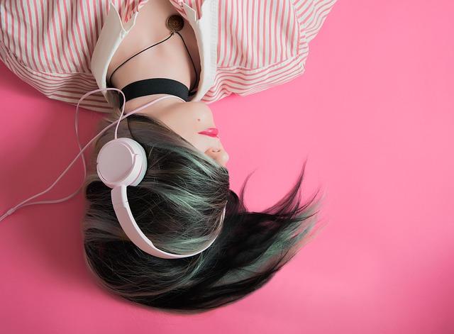 sluchátka na vlasech