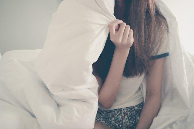 žena v pyžamu
