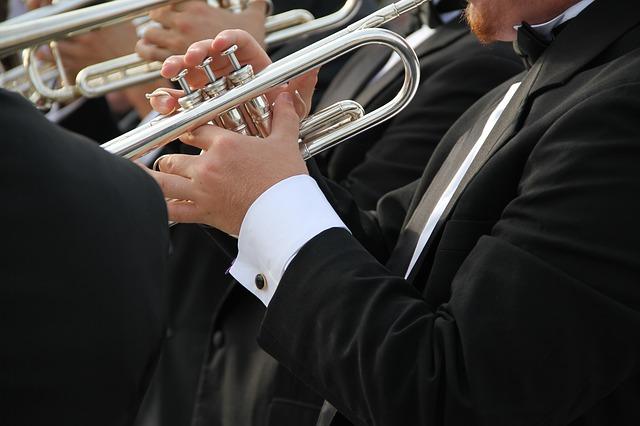 trumpetista hrající v hudební skupině