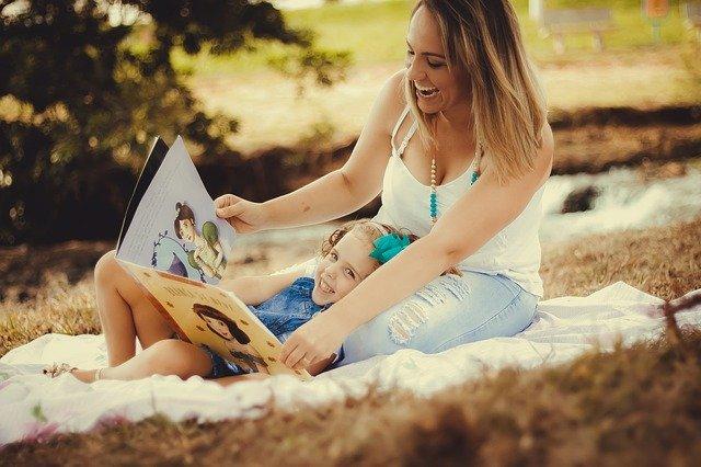 maminka čte dceři knihu